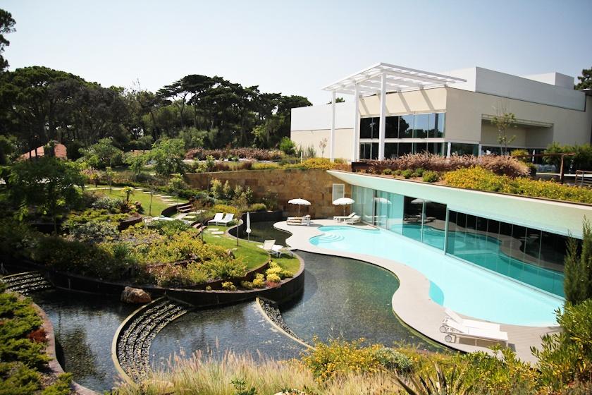 Hot is com piscina interior e exterior for Piscina interior